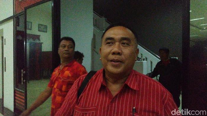 Eks anggota DPRD Surakarta, Purwono, mendaftar balon Wawali Solo lewat DPD PDIP Jateng, Jumat (6/12/2019). (Foto: Angling Adhitya Purbaya/detikcom)