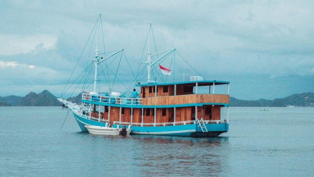 Potret Kapal Phinisi dan Pemandangan Eksotis Labuan Bajo
