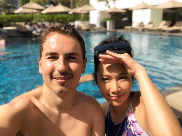 Nikita Mirzani sempat heboh dan viral saat foto bersama pembalap terkenal Jeorge Lorenzo. Tapi beberapa waktu lalu, Lorenzo baru saja mengunggah foto kebersamaannya dengan seorang model cantik asal Malaysia. Foto: Instagram @dayanaroza