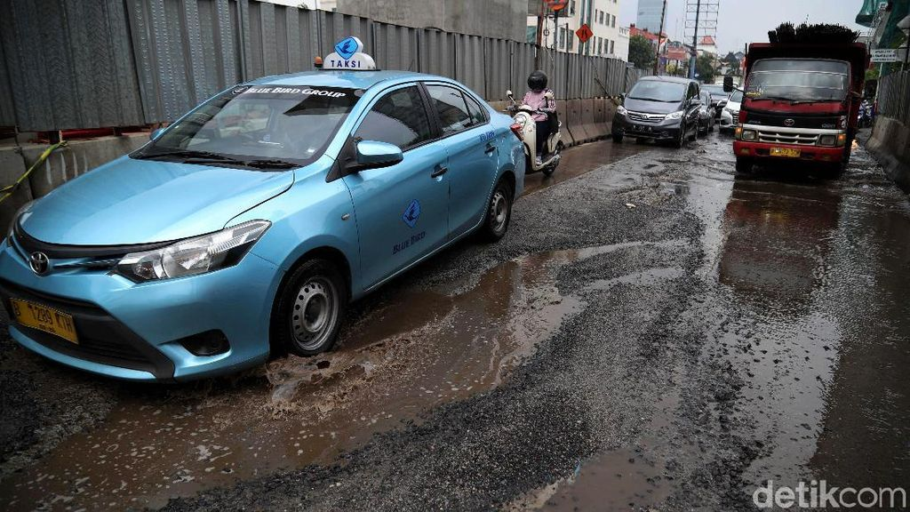 Waduh, Jalan Boulevard Kelapa Gading Rusak dan Tergenang Air