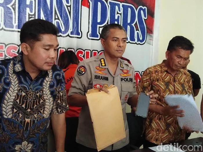 Foto: Dirkrimsus Polda Sulsel Kombes Augustinus B Pangaribuan dalam rilis kasus penipuan arisan online di Makassar. (Hermawan M-detikcom)