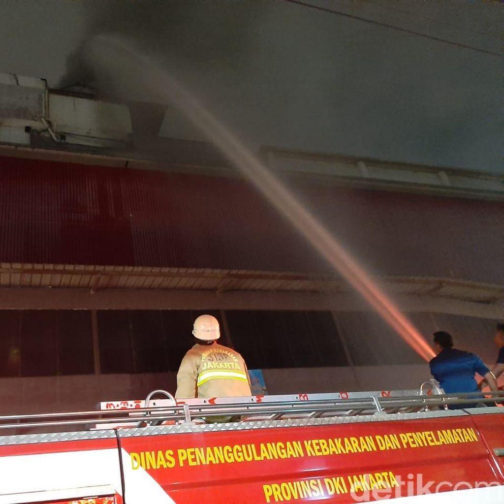 Api di Lantai 6-7 Mal Lokasari Belum Padam, Petugas Semprotkan Air dari Luar