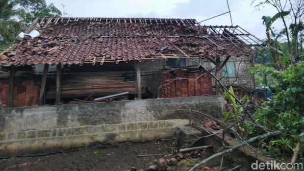 Angin Puting Beliung Rusak Sejumlah Rumah di Linggasari Ciamis