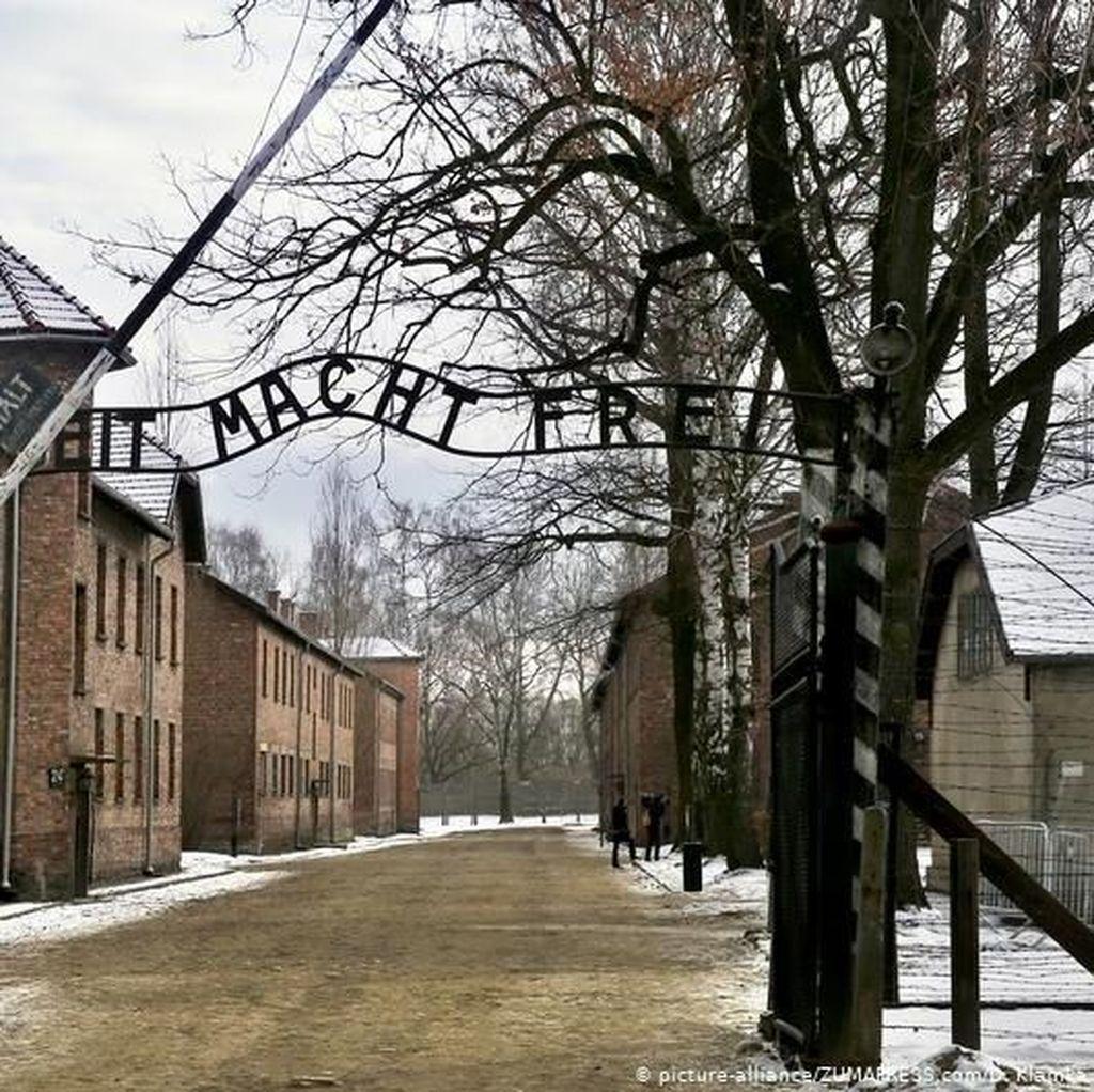 Pertama Kali, Angela Merkel Lakukan Kunjungan Resmi ke Kamp Nazi
