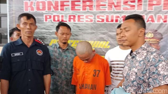 Riki Kriswandi (berbaju tahanan) mengakui menganiaya sekuriti Tol Cisumdawu. Akibat kejadian itu korban meninggal. (Foto: Wisma Putra/detikcom)