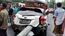 Tiang Listrik Menembus Mobil Imbas Kecelakaan Beruntun di Lumajang