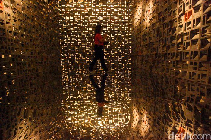 Pameran ini diselenggarakan oleh studio arsitektur Andramatin bekerja sama dengan Galeri Nasional Indonesia.