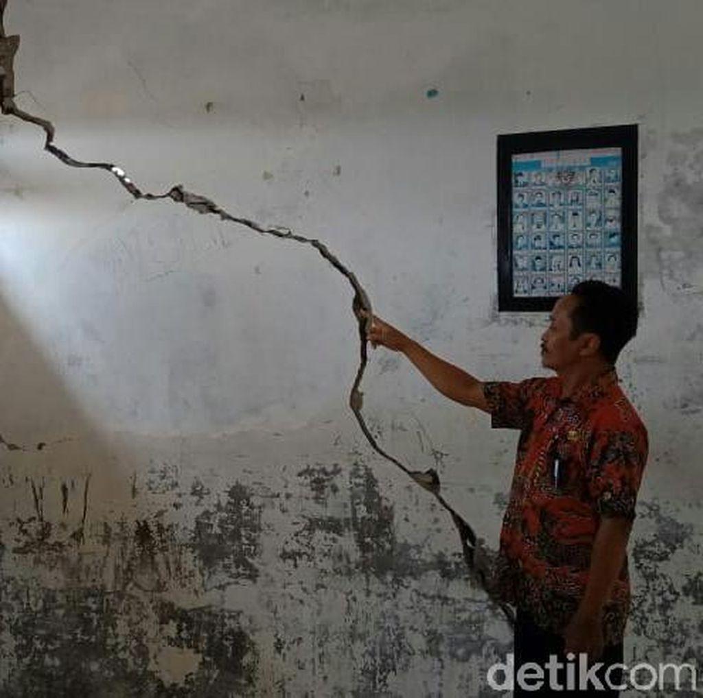 3 Kelas SDN 1 Getrakmoyan Cirebon Rusak Akibat Tanah Bergerak