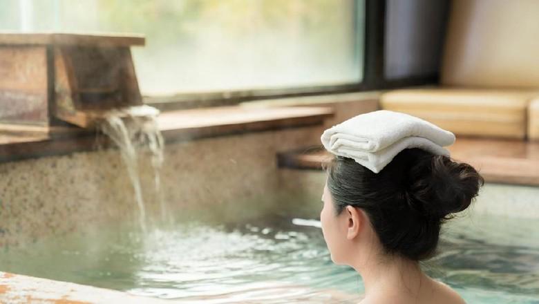 Ilustrasi onsen dalam tradisi mandi bersama orang Jepang. (Foto: iStock)