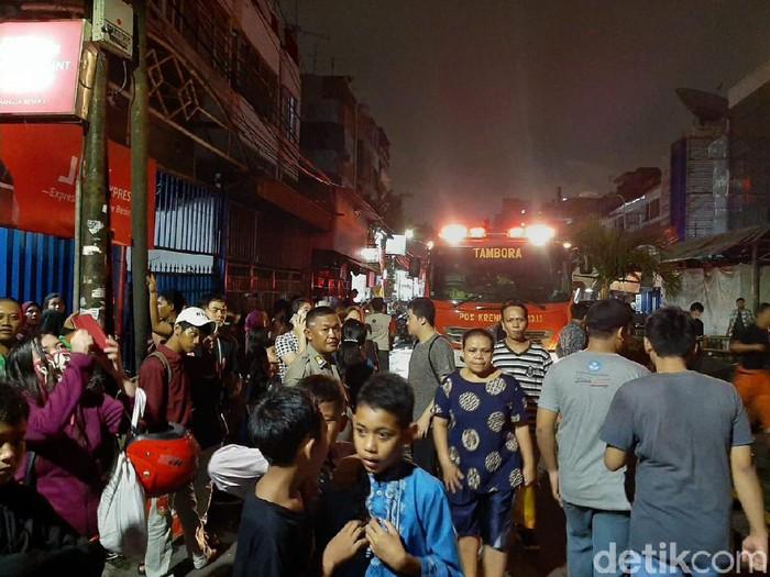 Foto: Petugas Damkar masih berupaya memadamkan api di Mal Lokasari, Jakarta Barat. (Yoki Alvetro-detikcom)