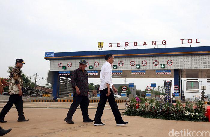 Jokowi nampak didampingi sejumlah menteri dari Kabinet Indonesia Maju.
