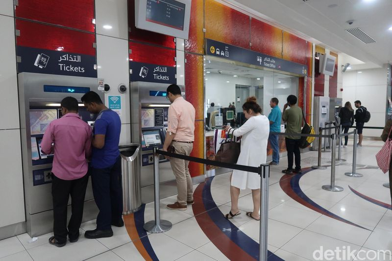 Ada beberapa transportasi umum yang bisa dijajal di Dubai. Ini adalah stasiun metro yang jadi satu dengan bus. (Bonauli/detikcom)