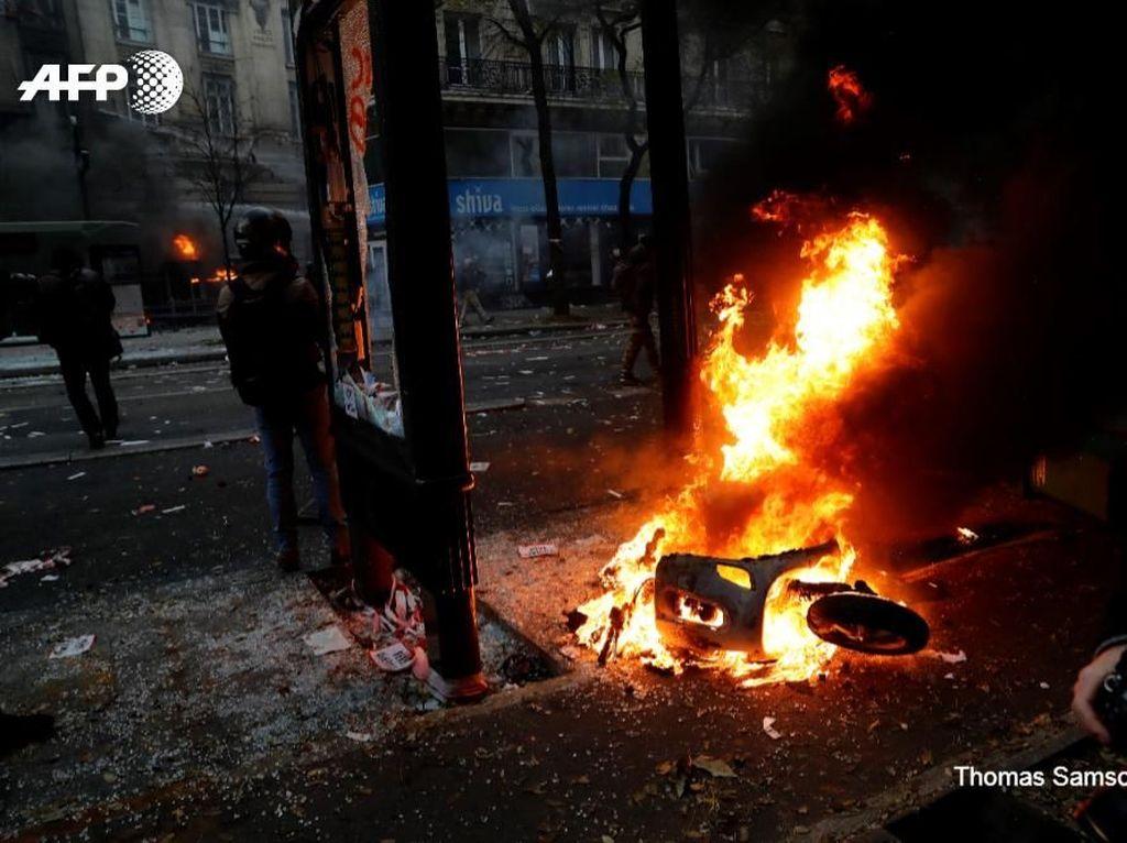 Paris Rusuh, Polisi Bubarkan Demonstran dengan Gas Air Mata