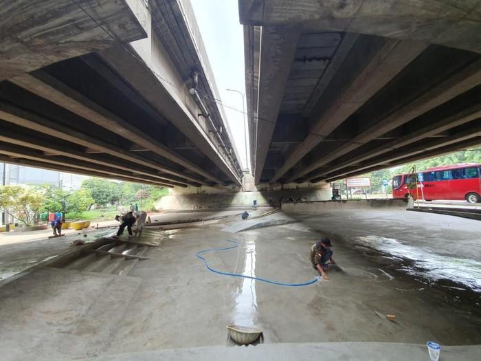 Foto: Lokasi yang bakal jadi skatepark di bawah kolong tol di Bekasi (Isal Mawardi-detikcom)