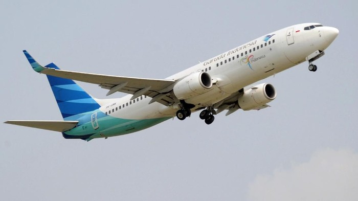 This picture taken in Jakarta on February 15, 2012 shows a Garuda airline flying over the Sukarno-Hatta airport in Jakarta. Flag carrier Garuda Indonesia said on March 26 that annual net profits jumped by 56 percent last year thanks to a strong domestic market. Garuda is aiming to boost its competitiveness significantly by 2015 by nearly doubling its current fleet of 89 aircraft to 154. AFP PHOTO / ADEK BERRY (Photo by ADEK BERRY / AFP)