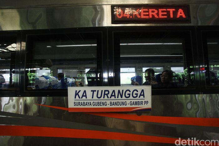 PT Kereta Api Indonesia (KAI) menyiapkan tambahan 30 perjalanan kereta per hari pada masa Angkutan Natal dan Tahun Baru (Nataru) 2019/2020.