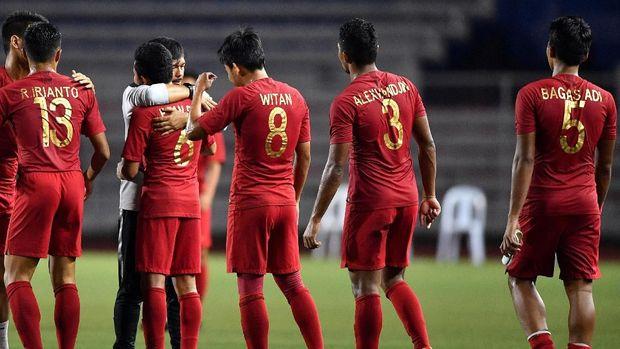 Indra Sjafri saat memberikan pujian kepada para pemainnya usai menang 4-2 atas Myanmar. (