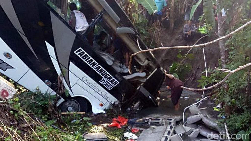 5 Orang Tewas Imbas Bus Pariwisata Terjun ke Sungai di Blitar