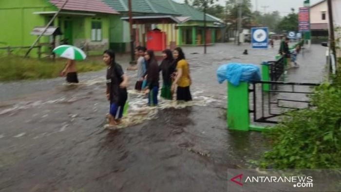 Foto: ANTARA FOTO/Banjir di Sambas, Kalbar