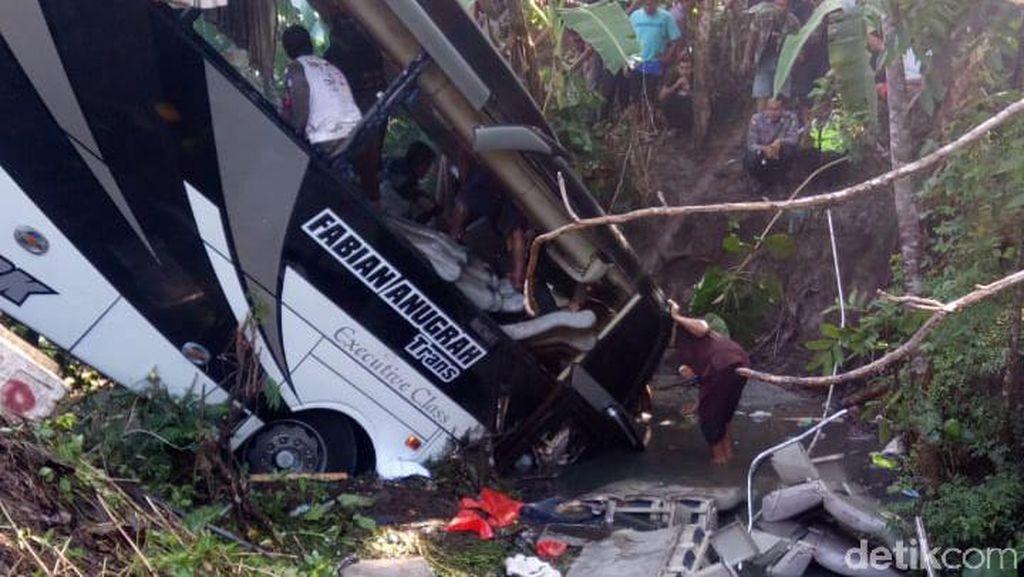 Polisi Pastikan Jumlah Penumpang Bus yang Terjun ke Sungai 56 Orang