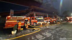 9 Jam Lebih Kebakaran di Mal Lokasari Belum Padam, Ini Kendalanya