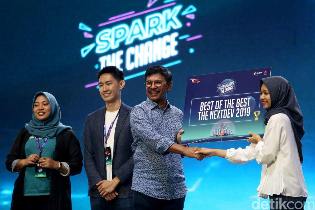 Menteri Komunikasi dan Informatika (Menkominfo) Johnny G Plate memberikan selamat kepada sejumlah startup yang meraih predikat Best of the Best di ajang NextDev 2019 yang digelar di Jakarta Convention Center, Senayan, Jakarta Pusat, Sabtu (7/12/2019).