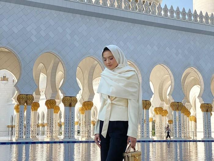 Raline Shah berkerudung