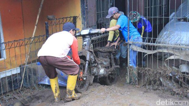 Lumpur Banjir Bandang Rendam 21 Rumah Warga Kertasari Bandung