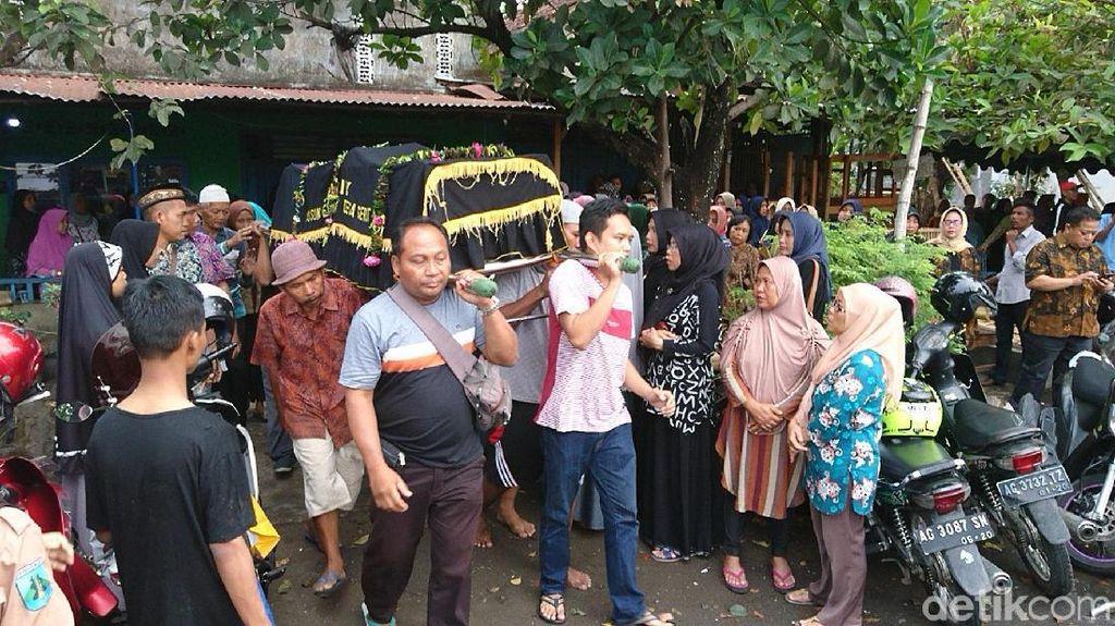 Isak Tangis Iringi Pemakaman Jenazah Korban Bus Terjun ke Sungai di Blitar
