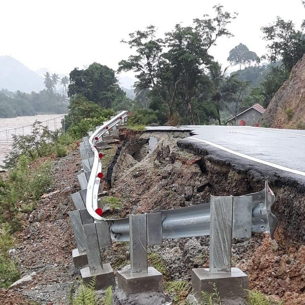 Hujan Deras Bikin Jalan Amblas, Satu Orang Hanyut di Solok Selatan