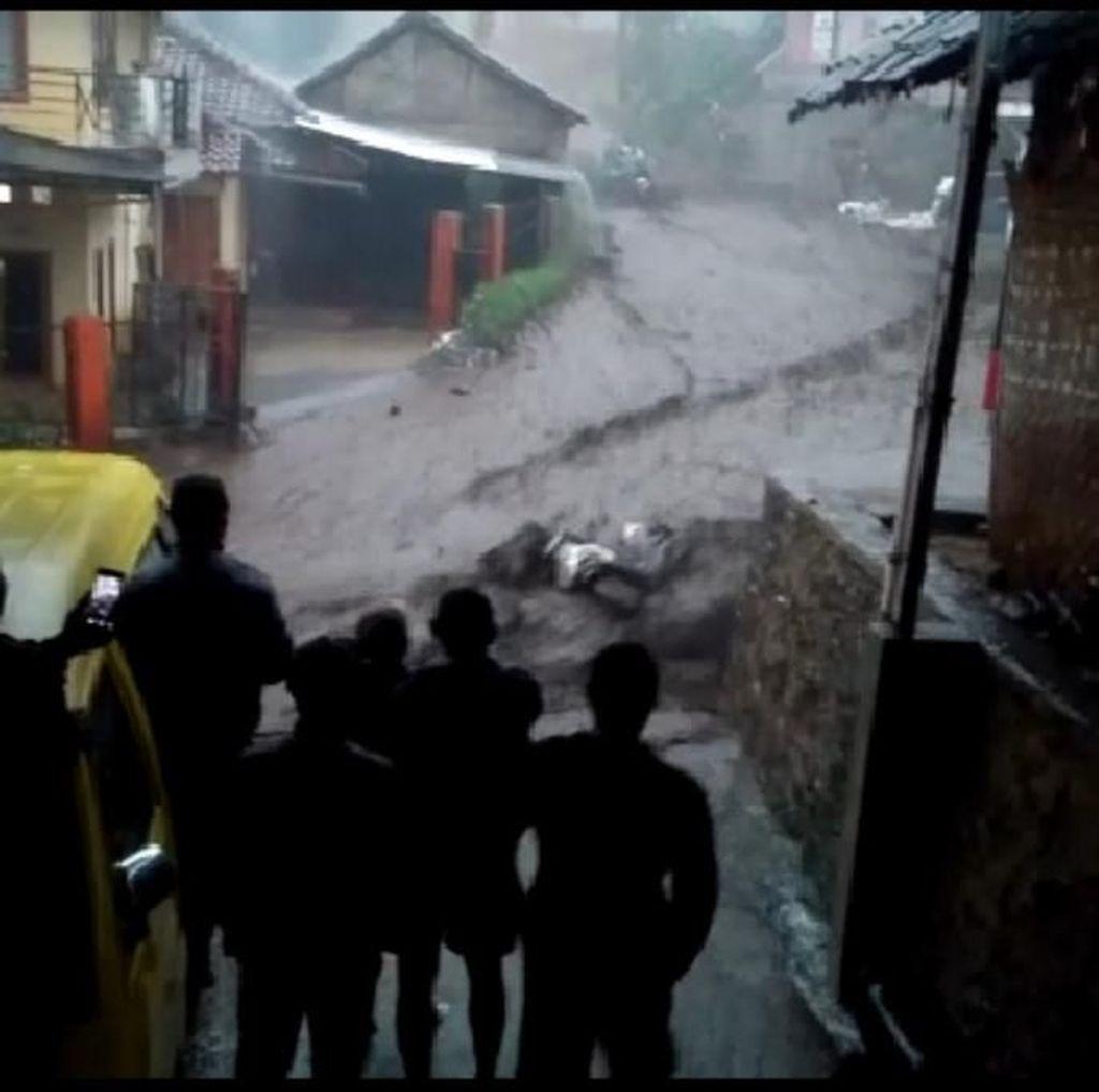 Detik-detik Banjir Bandang Seret Motor Warga di Kertasari Bandung