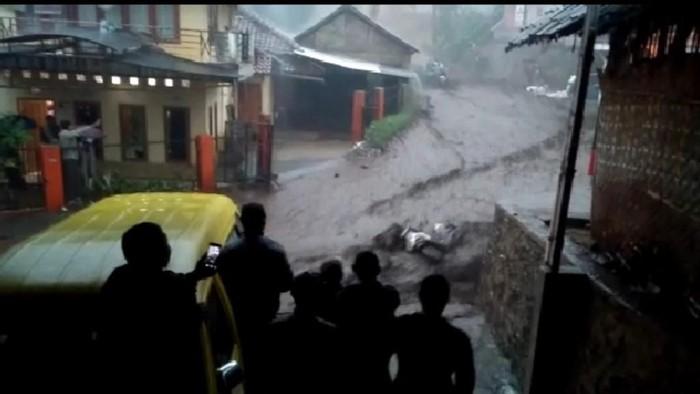 Motor warna putih hanyut terseret banjir bandang di Kertasari, Kabupaten Bandung. (Screenshot video)