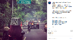 Emak-emak Berhelm Keranjang Berkeliaran di Bandung