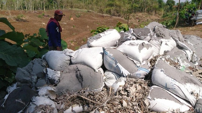 Tumpukan karung yang diduga berisi limbah B3 (Foto: Adhar Muttaqin)