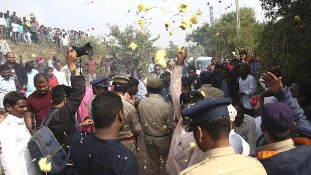 Polisi India dihujani taburan bunga oleh publik yang memuji mereka karena menembak mati 4 tersangka pemerkosaan