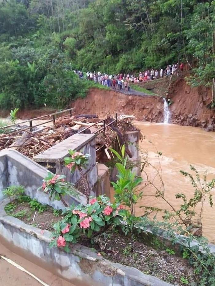 Banjir di Lebak akibatkan puluhan rumah terendam dan sebuah jembatan putus (Foto: Dok. Istimewa)
