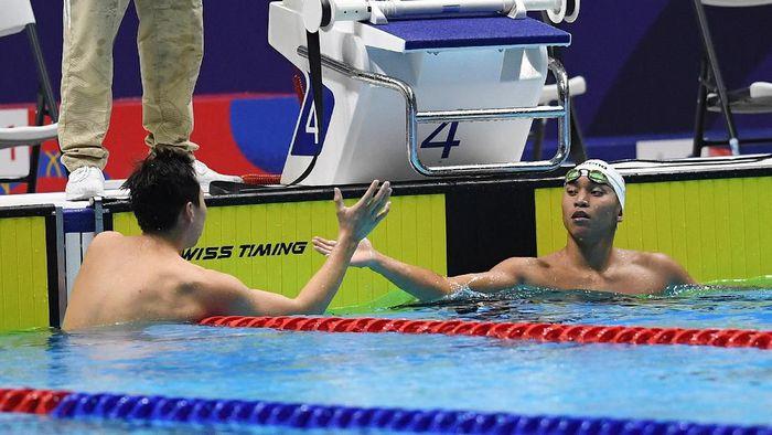 Farrel Tangkas (kanan) meraih medali perak di cabor renang 200 m gaya punggung putra (ANTARA FOTO/Nyoman Budhiana)