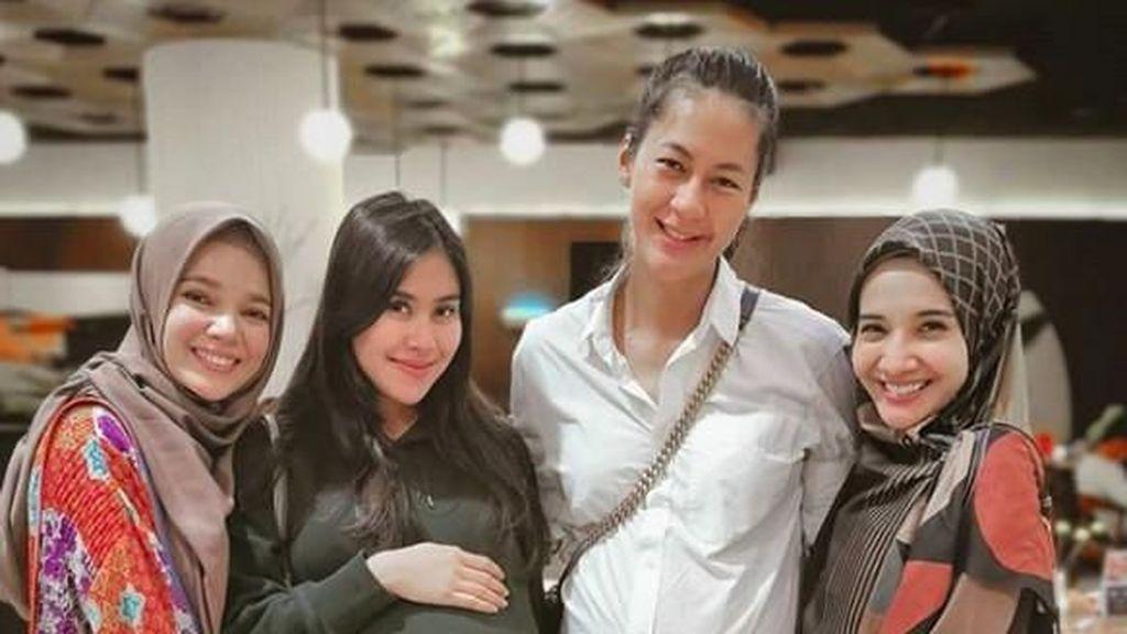 Foto Bareng Syahnaz dan Paula, Zaskia Sungkar Colek Dewi Sandra