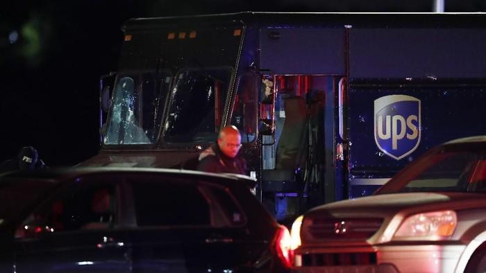 Truk UPS yang dipakai dua tersangka perampokan saat melarikan diri (AP Photo/Brynn Anderson)