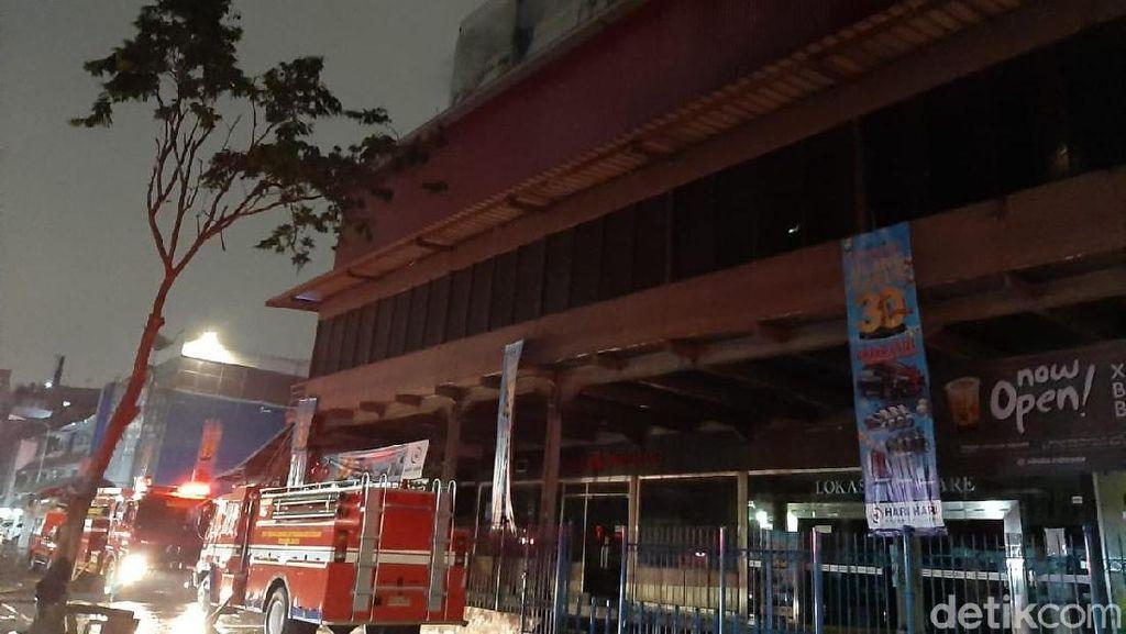 13 Jam Lebih, Petugas Masih Berjuang Padamkan Kebakaran Mal Lokasari