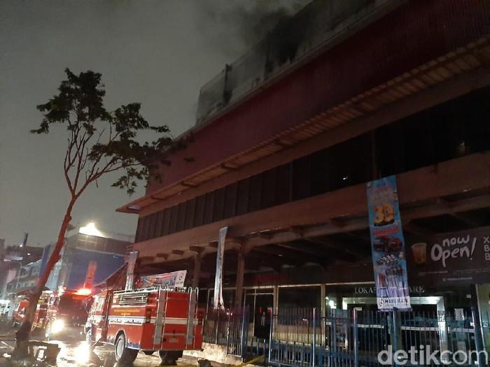 Damkar Jakbar masih memadamkan kebakaran di Mal Lokasari (Foto: Yoki Alvetro/detikcom)