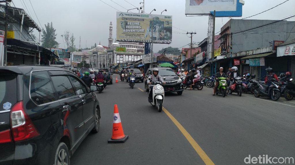 Sistem 2-1 di Puncak Diuji Coba, Lalin Simpang Citeko-Gunung Mas Macet