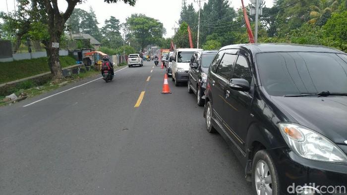 Arus lalu lintas saat sistem 2-1 diuji coba di Puncak (Foto: Sachril Agustin Berutu/detikcom)