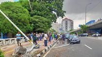 Ditabrak Sedan BMW, Tiang Lampu Jalan di Jakbar Roboh