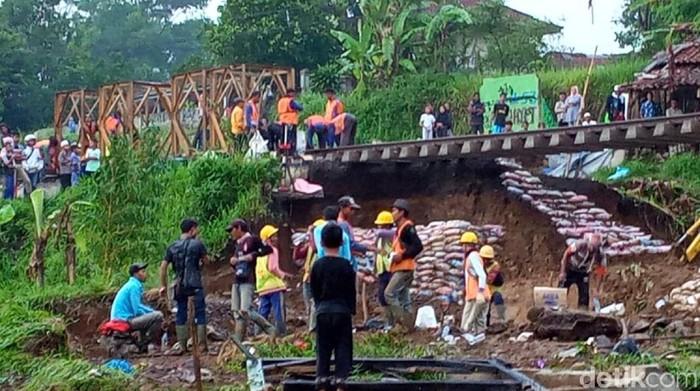 Proses perbaikan rel di Sukabumi ini dilakukan pihak PT KAI Daop 1 Jakarta. (Foto: Syahdan Alamsyah/detikcom)