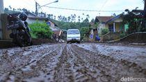 Lumpur Banjir Bandang Masih Tutup Jalan Kertasari-Pangalengan