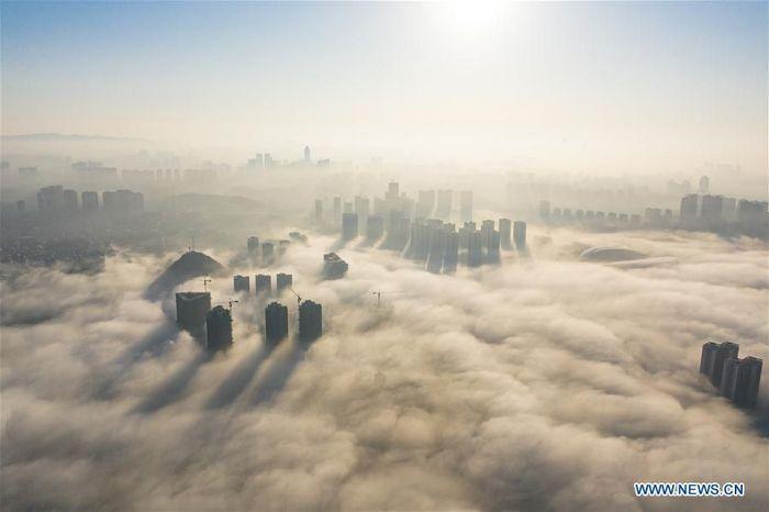 Ini adalah foto dari udara yang diambil pada 6 Desember 2019 lalu. Foto ini memperlihatkan kabut yang menyelimuti gedung-gedung di pusat kota Guiyang, provinsi Guizhou di China barat daya.Foto: Dok. Xinhua/Liu Xu