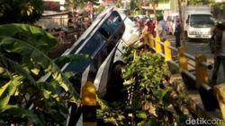 Bus Pariwisata Terjun ke Sungai di Blitar, 5 Penumpang Tewas
