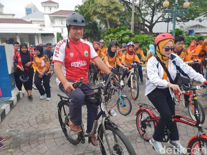 Gubernur DKI Anies Baswedan gowes mengelilingi Monas bersama 250 tenaga medis DKI untuk memperingati Hari Kesehatan Nasional (Isal/detikcom)