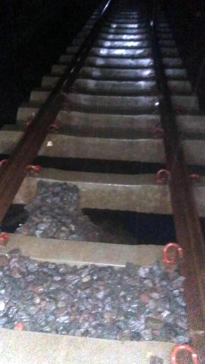 Hujan deras menggerus landasan rel kereta api di Sukabumi (Dok. Istimewa)